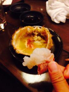 """かにみそを食べた後に、殻に熱燗を入れて飲むことを教えてくれたのは、札幌の""""ジャグラーコーヘイ""""君です。 そして、美味しそうに見える写真の撮り方を教えてくれたのは、桔梗の篤くんです。皆さまありがとうございました‥"""